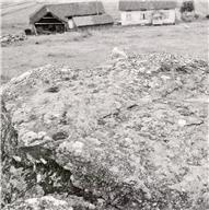 Skålgropar Älvkvarnar, Hällristningsmiljö, Ristning på block, Megalitgrav